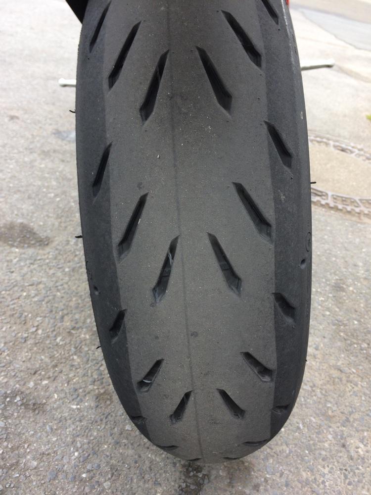 Deutlich zu erkennen: Die unterschiedlichen Gummimischungen des Michelin Power RS