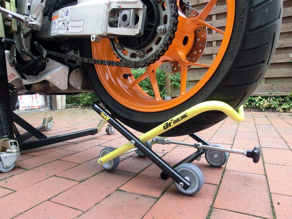 Mit der Gewindespindel werden die Schenkel bis an den Reifen angehoben und tragen diesen während des Ausbaus