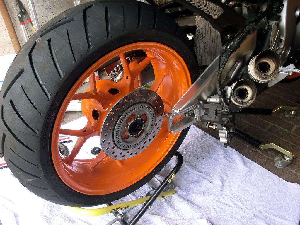 Nachdem der neue Reifen aufgezogen kann die korrekte EInbauposition dank des tireX ganz einfach wieder eingenommen werden