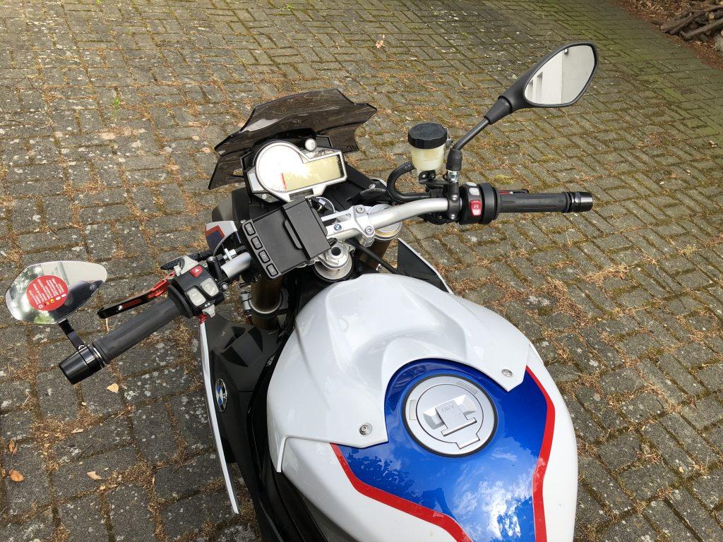 Vergleich der BMW Serien-Rückspiegel (rechts) zum m.view flight von motogadget (links)